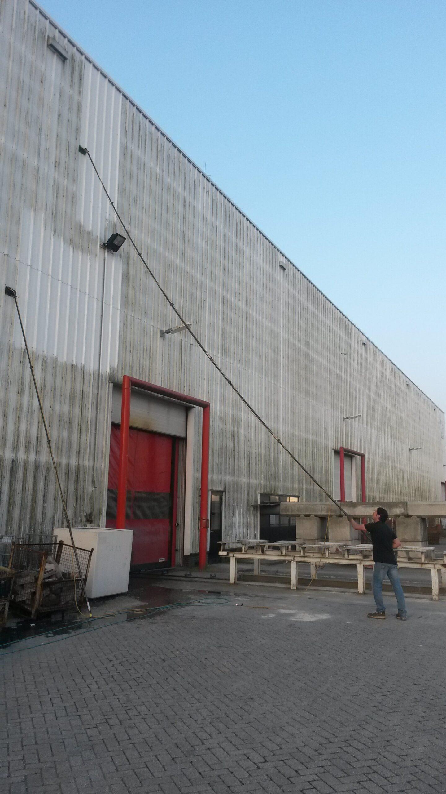 Gevelreiniging Damwand reinigen gevelreinigingssysteem borstelmachine die gemonteerd aan een geschikte hoogwerker de gevels en ramen reinigt.